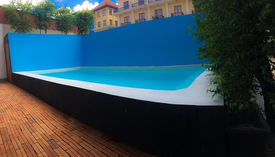 Central Hostel: Outdoor Pool