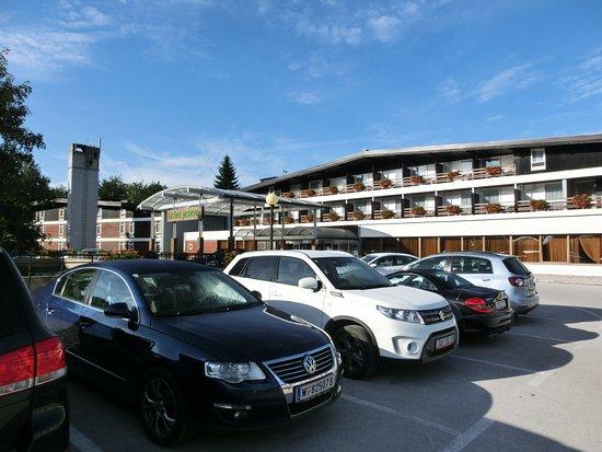 Hotel Jezero: ホテル前