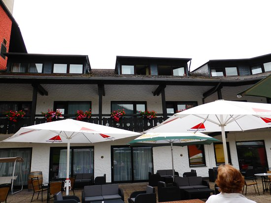 Mayschoss, Alemania: Blick von der Terrasse auf die Zimmer