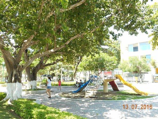 Michelia Hotel : Рядом с отелем парк (горка для детей, зона с тренажерами, множество скамеечек)