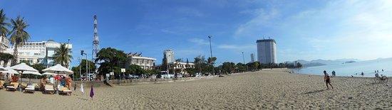 Michelia Hotel : Панарама: отель-светофор-зона лежаков-пляж-море. Пляж и дно моря - песок