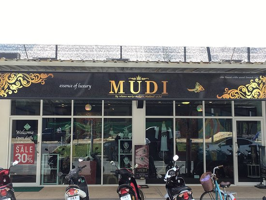 Choeng Thale, تايلاند: Mudi shop one of the best place to shop at boat avenue :)