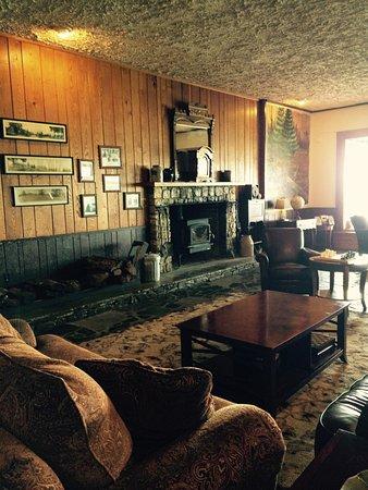Switzerland Inn: We loved the retro lodge feel of the lobby. So cool!