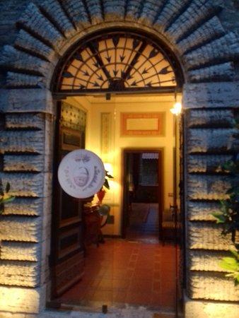 Piegaro, Italien: Una entrada señorial