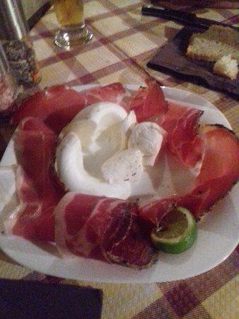 Piegaro, อิตาลี: Queso de búfala con prosciutto.