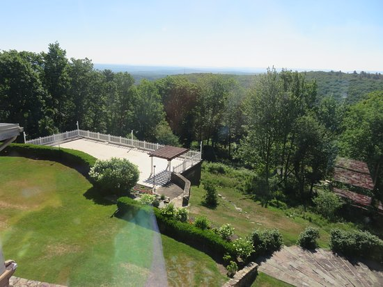 Pocono Manor, Πενσυλβάνια: the setting for the wedding from the bridal suite