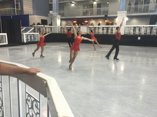 Carousel Resort Hotel & Condominiums: Ice show