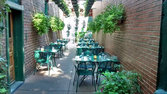 Galesburg, IL: The outdoor garden area is so relaxing, and adds tremendous atmosphere to any meal.