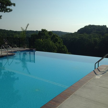 Bavarian Inn: Infinity pool overlooking the Potomac River.
