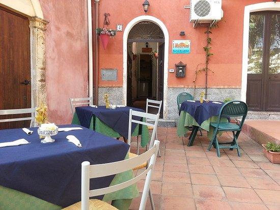 Рипосто, Италия: Piazzetta all'aperto per colazione