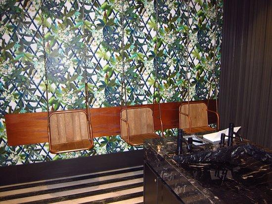 Interior restaurante columpio ba os fotograf a de - Banos en madrid ...