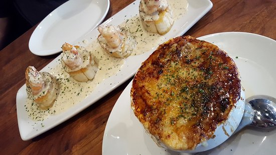 Towson, Μέριλαντ: French onion soup and Whiskey Shrimp on Country Toast