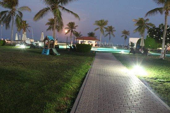 صحار, عمان: Garden & Pool Night View