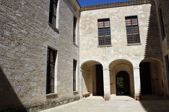 Duras, Frankrike: Cour ornée d'un péristyle à l'italienne