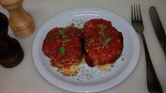 Vartholomio, Grekland: Riganada  with fresh tomato, olive oil and oregano