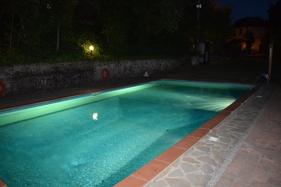 Lamporecchio, Italia: Pool area at night