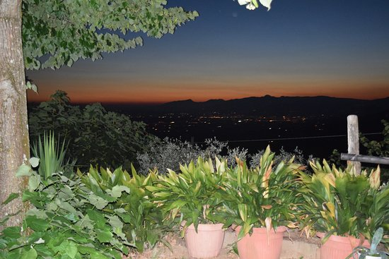 Lamporecchio, Italia: Beautiful view from restaurant at night