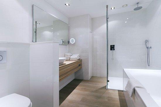 Badkamer luxe kamer - Foto van Van der Valk Hotel Assen, Assen ...