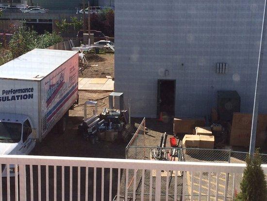 Arctic Fox Inn: Construction next door