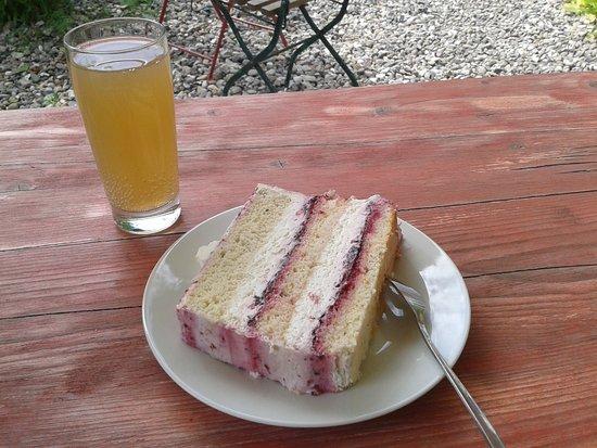 Plon, Tyskland: Brombeer-Rosmarin-Torte mit Birnenschorle