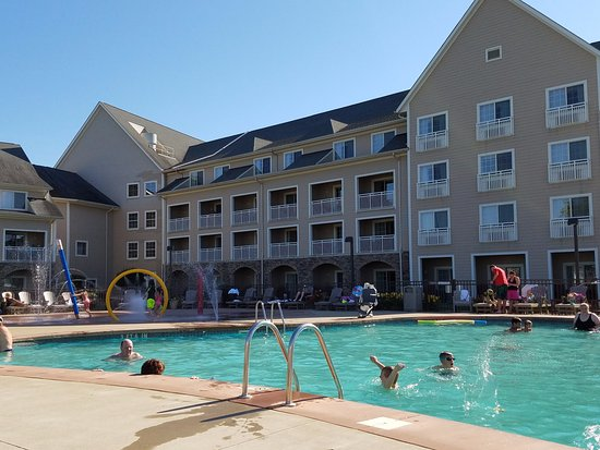 The Lodge at Geneva-on-the-Lake: Nice size outdoor pool with a kids' area.