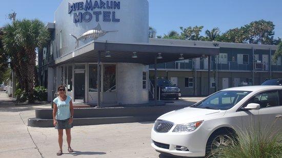 Blue Marlin Motel: Frente del Hotel, entrada de vehículos.