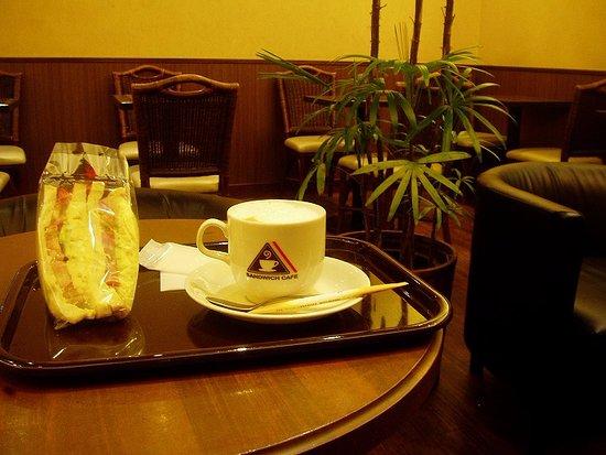 Amami, Japan: 朝から営業しているベーカリーカフェ
