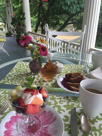 A Stone's Throw Bed and Breakfast: Breakfast served on porch overlooking the garden
