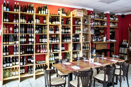Parchim, เยอรมนี: Weinregal---gut gefüllt und wohl sortiert