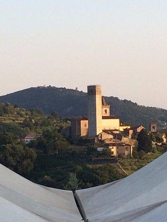 Villa Bracali: Vista desde la habitación sobre las carpas al valle de Serravalle