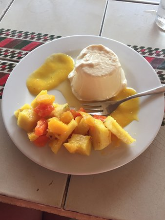 Playa Junquillal, คอสตาริกา: Delicious passion fruit dessert with fresh fruit.