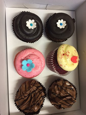 The CUP n CAKE Factory: We had received this delightful gift on someones bday. Cute looking yummy cupcakes .
