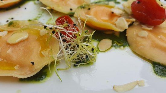 Montefollonico, Italië: Ravioli con mandorle e borraggine
