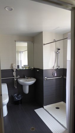 Badkamer mer wc, lavabo en grote inloopdouche. - Picture of Best ...