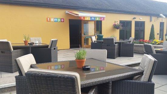 Morley, UK: Outside seating at the Tempo Bar