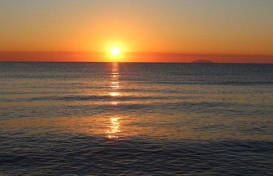 Lever de soleil depuis la chambre du bungalow riba bella - Lever et coucher du soleil bruxelles ...