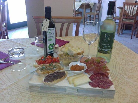 Magione, إيطاليا: tagliere salumi, formaggi e sfizi del giorno