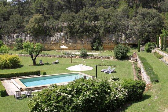 Jouques, Frankrike: uitzicht op een deel van het domein met het zwembad
