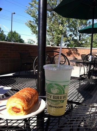 City Brew Coffee : out door patio