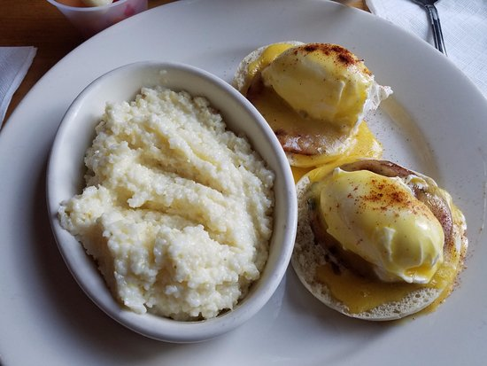 Griffin, Джорджия: Traditional Eggs Benedict with cheese grits