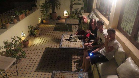 Riad Dar Tafilalet: Tomando un té en la terraza al fresco de la noche.