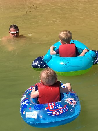 Hampton, เทนเนสซี: Dalton,Jackson and Brian staying cool