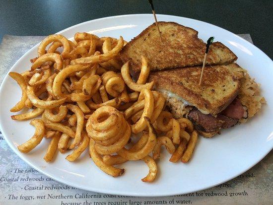 Smith River, Kaliforniya: Reubens sandwich and curly fries.