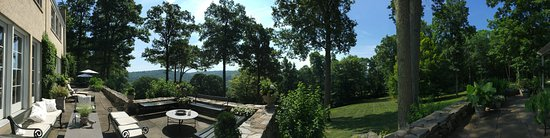 Hidden Valley Bed & Breakfast: View from patio out into the valley