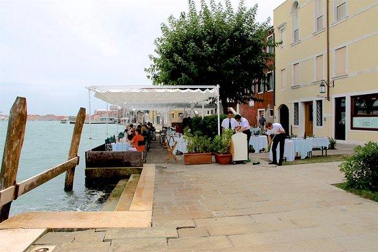 Torcello, إيطاليا: La terrasse sur la quai au bord de l'eau