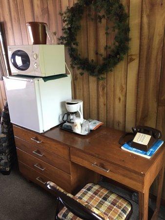 Superior Motel & Suites: Desk, fridge, microwave, in-room coffee