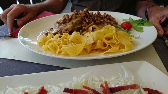 Naturno, Itália: Schnitzel mit Pfifferlingen und Schweinebraten mit hausgemachten Eierbandnudeln