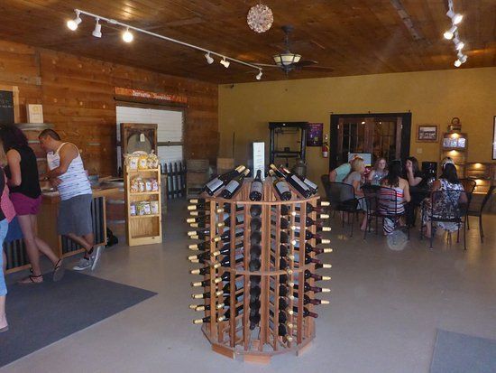 Caldwell, ID: Nice roomy Wine Tasting Room!!!