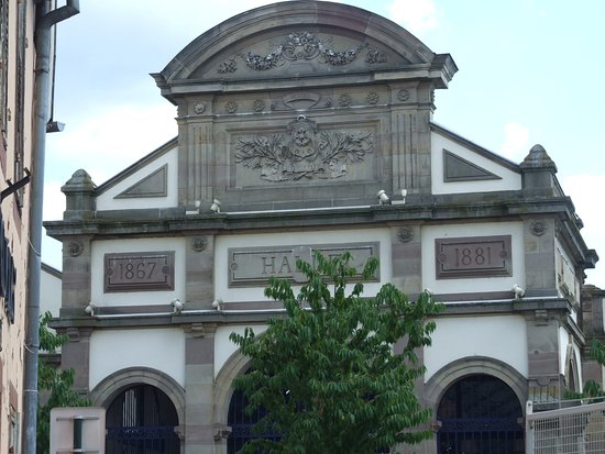 Haguenau, France: Un fronton sculpté
