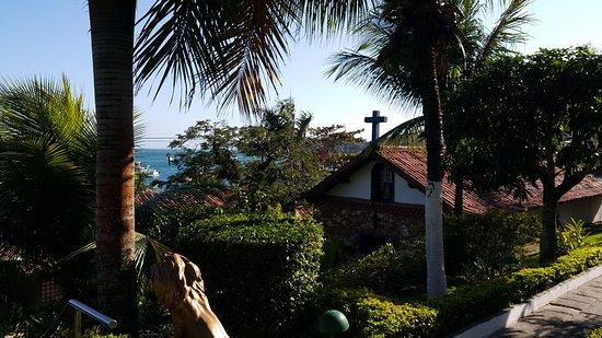 Atlantico Buzios Hotel: Vista para a praia e Igreja